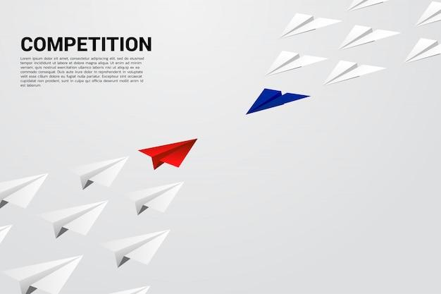 Concurso de avión de papel origami azul y rojo. concepto de competencia empresarial y batalla.