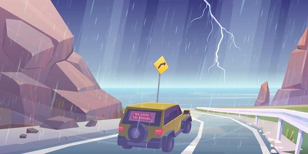 Conducción de automóviles en la carretera a la playa del mar bajo la lluvia