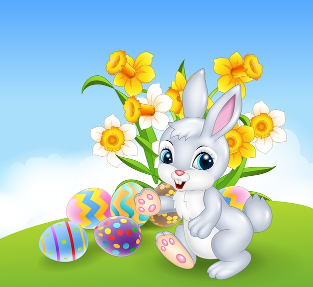 Conejito feliz de dibujos animados con coloridos huevos de pascua