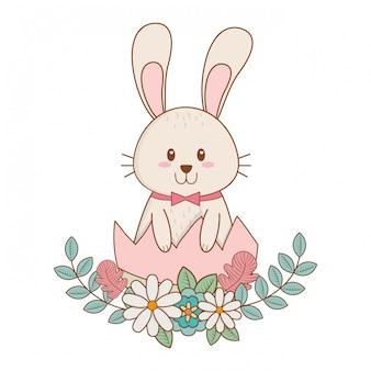 Conejito con huevo roto pintado y flores.