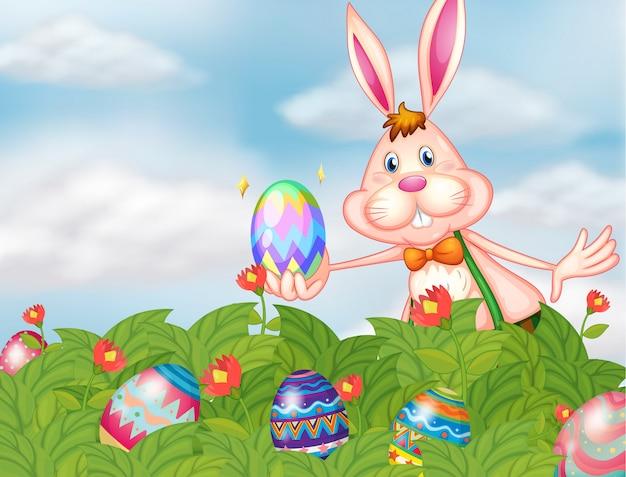 Un conejito con huevos en el jardín.