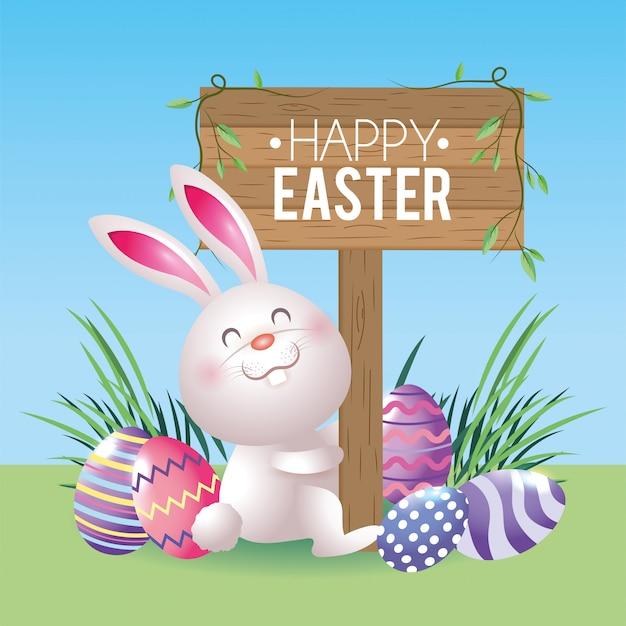 Conejo feliz con emblema de madera y decoración de huevos.