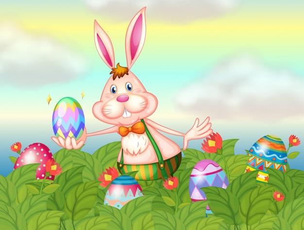 Un conejo con huevos de pascua en el jardín