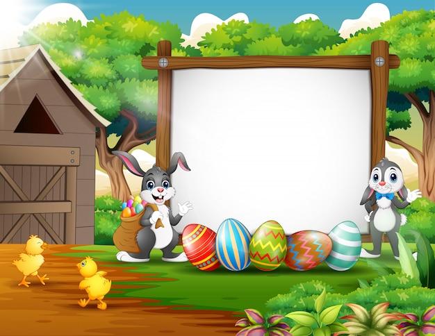 Conejo y pollo felices con el fondo de pascua