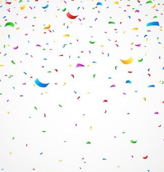 Confeti colorido sobre fondo blanco