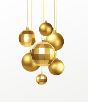 Conjunto de adornos navideños realistas dorados aislado sobre fondo blanco.