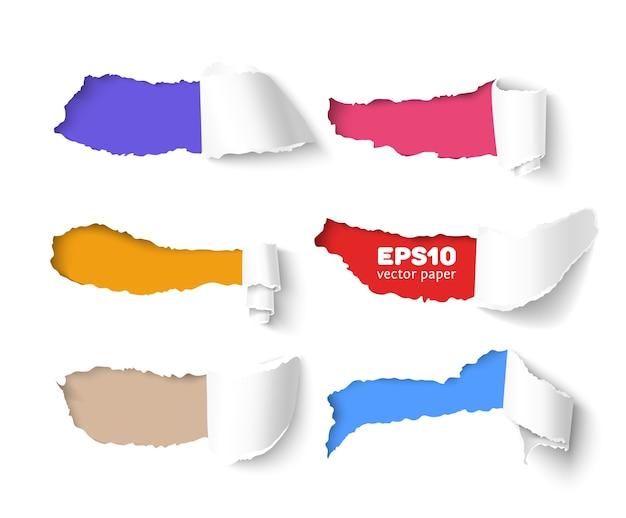 Conjunto de agujeros en papel blanco con lados rasgados sobre fondo de papel de colores con espacio para texto. papel rasgado vectorial realista con bordes rasgados.
