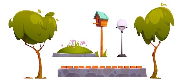 Conjunto de artículos de parque, árboles verdes, cama de flores, farola y casita para pájaros de madera con valla de piedra o banco