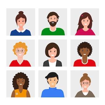 Conjunto de avatares de personas sonrientes. colección de iconos de hombres y mujeres diferentes.