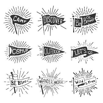 Conjunto de aventuras, aire libre, banderines de camping. retro etiquetas monocromas con rayos de luz.