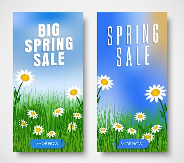Conjunto de banners verticales para rebajas de primavera. plantilla con hierba verde, flores
