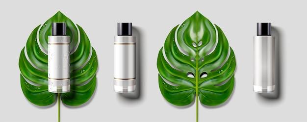 Conjunto de botella cosmética en blanco, hojas tropicales verdes con maqueta de botella en blanco en ilustración 3d, fondo gris claro