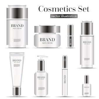 Conjunto de botellas de cosméticos realistas aislado sobre fondo blanco.