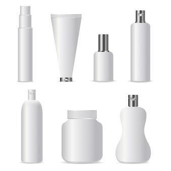 Conjunto de botellas de cosméticos realistas para marcar y cubrir sobre el fondo blanco. plantilla en blanco blanco realista simulacro de identidad empresarial.