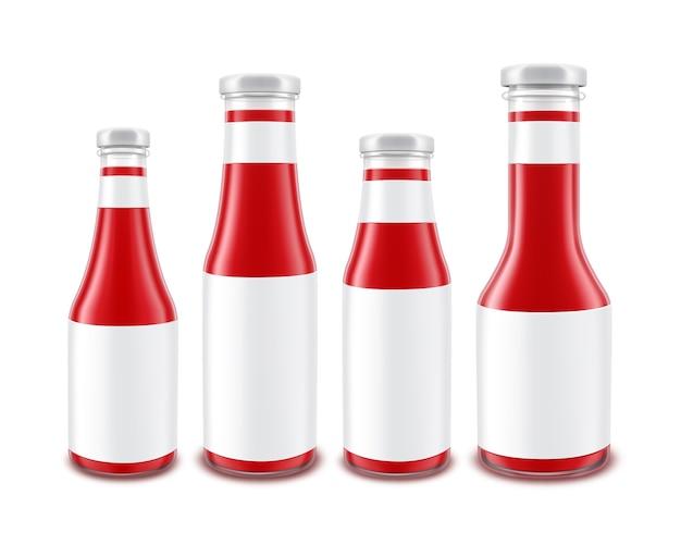 Conjunto de botellas de ketchup de tomate rojo de vidrio en blanco de diferentes formas para la marca con etiquetas blancas aisladas sobre fondo blanco