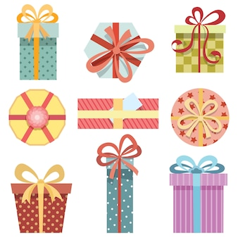 Conjunto de cajas de regalo en diferentes formas y diferentes papeles de regalo sobre un fondo blanco.