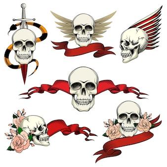 Conjunto de calavera conmemorativa con rosas, banderas de cinta en blanco, alas y una espada, una serpiente para honrar y recordar los dibujos vectoriales muertos en blanco