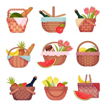 Conjunto de cestas de picnic de mimbre abiertas con botellas
