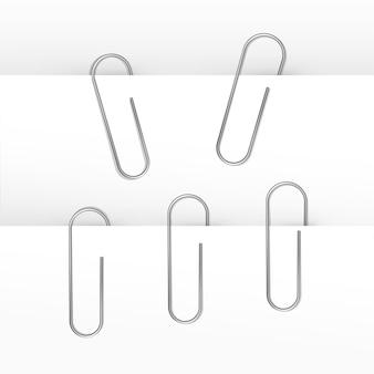 Conjunto de clips de papel aislado en blanco