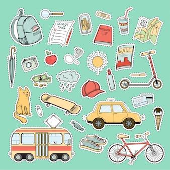 Conjunto de coloridos parches de la vida de la ciudad: mochila, bicicleta, tranvía, taxi, monopatín, mapa, libro, guía y otras necesidades turísticas