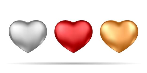 Conjunto de corazones realistas de plata, rojo y oro aislado sobre fondo blanco.
