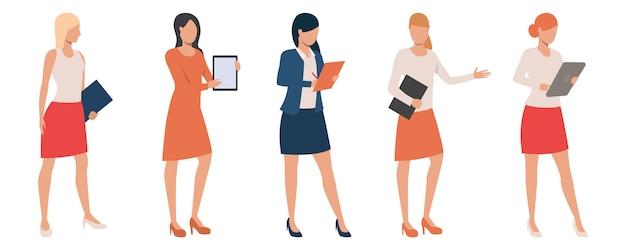 Conjunto de damas seguras sosteniendo presentaciones