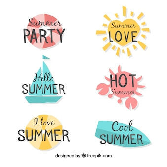 Conjunto de etiquetas de verano con elementos de playa en estilo hecho a mano