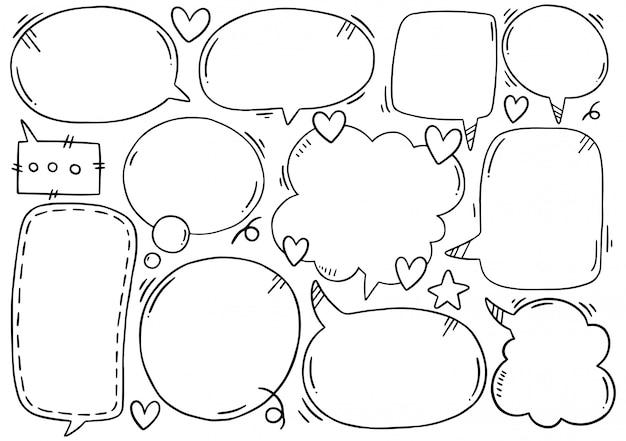 Conjunto dibujado a mano de burbujas de discurso lindo en estilo doodle