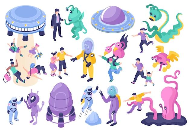 Conjunto de dibujos animados de ovnis y extraterrestres de fantásticos personajes monstruosos que persiguen a niños y adultos aislados