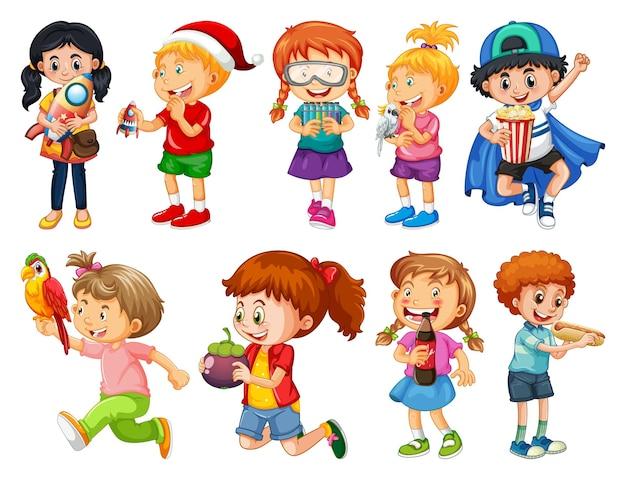 Conjunto de diferentes niños jugando con su personaje de dibujos animados de juguetes aislado en blanco
