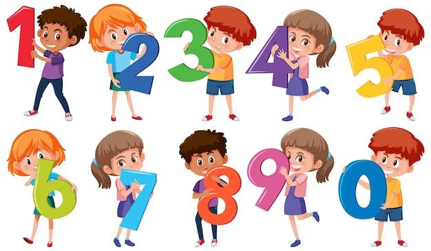 Conjunto de diferentes niños sosteniendo los números aislados sobre fondo blanco.
