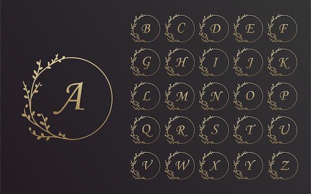 Conjunto de diseño de marco de corona de flores de alfabeto dibujado a mano negro y dorado