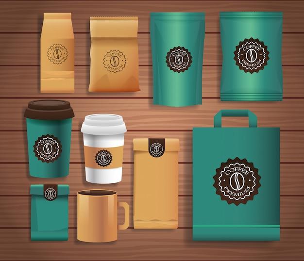 Conjunto de elegantes envases de café con diferentes colores sobre fondo de madera.