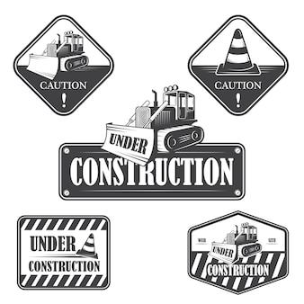 Conjunto de emblemas en construcción, etiquetas y elementos diseñados