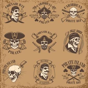 Conjunto de emblemas piratas sobre fondo grunge. cráneos de corsario, arma, espadas, pistolas. elementos para logotipo, etiqueta, emblema, letrero, póster, camiseta. ilustración