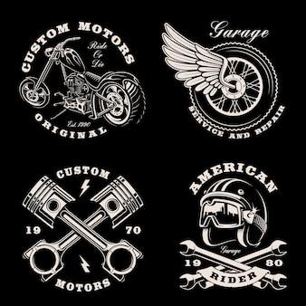 Conjunto de emblemas vintage en blanco y negro para el tema de la motocicleta en la oscuridad