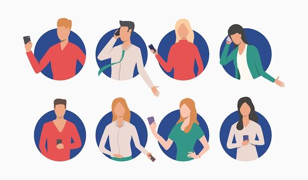Conjunto de empresarios y empresarias con teléfono