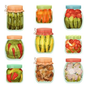 Conjunto de encurtidos en frascos aislado en blanco