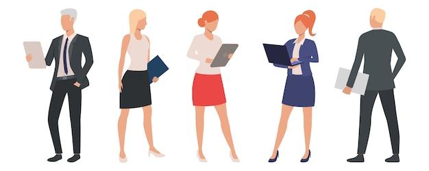 Conjunto de especialistas en negocios emprendedores utilizando computadoras.