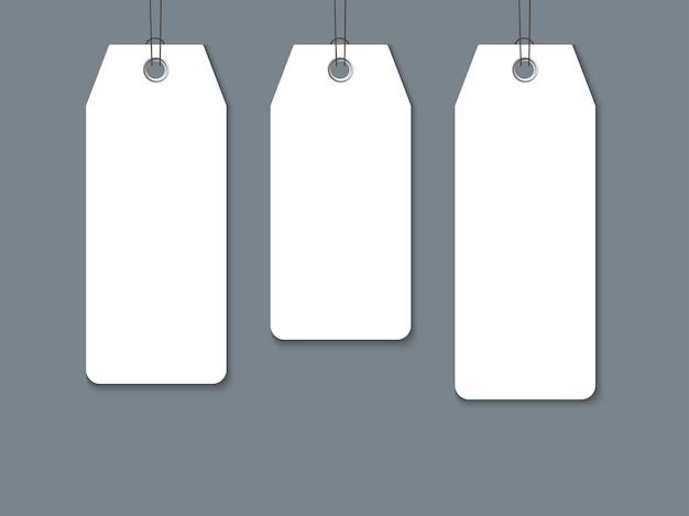 Conjunto de etiquetas de papel en blanco aislado sobre fondo oscuro.