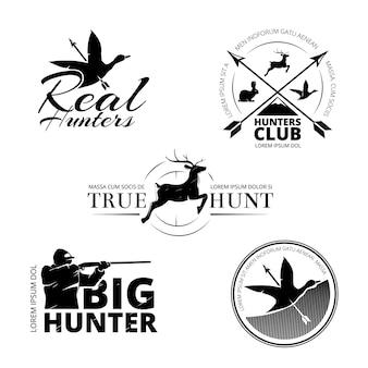 Conjunto de etiquetas de vector de club de caza, logotipos, emblemas. ilustración de ciervos y rifles, puntería y renos de animales