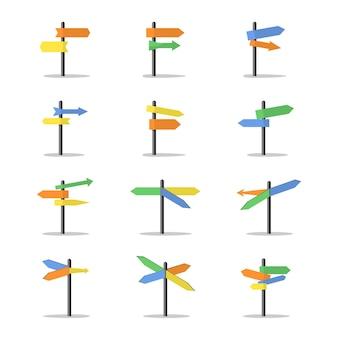Conjunto de flechas y postes indicadores de dirección