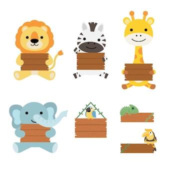 Un conjunto de grandes animales ilustrados aislados sosteniendo una tabla de madera en blanco, estilo dibujado a mano.