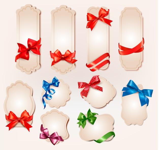 Conjunto de hermosas etiquetas retro con arcos de regalo coloridos con cintas.
