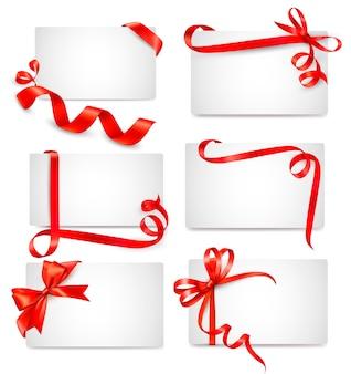 Conjunto de hermosas tarjetas con moños de regalo rojos con cintas