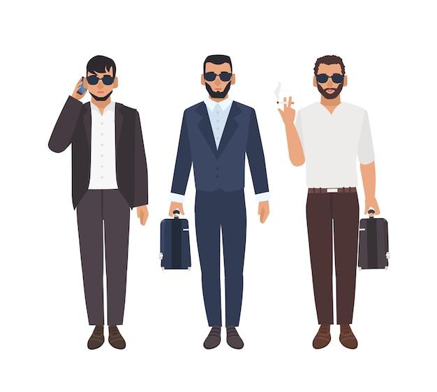 Conjunto de hombres caucásicos barbudos vestidos con ropa de negocios llevando maletines, hablando por teléfono, fumando