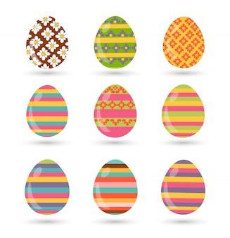 Conjunto de huevos de pascua con diferentes texturas sobre un fondo blanco