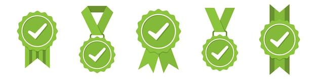 Conjunto de iconos de medallas verdes aprobados o certificados en un diseño plano