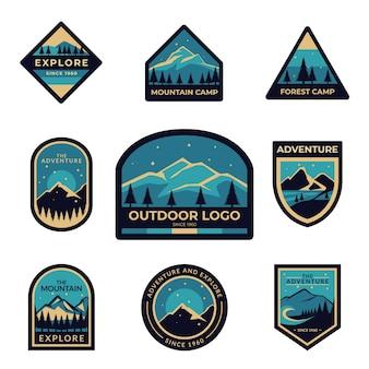 Conjunto de insignias azules con el logo de aventura al aire libre para explorador, explorador y montañista.