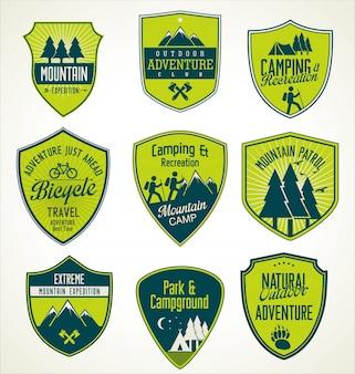 Conjunto de insignias retro azules y verdes de aventura al aire libre